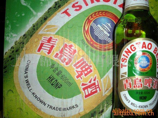 """青啤于1993年7月15日在香港联合交易所有限公司上市,成为首家在香港上市的中国H股,同年8月27日在上海证交所上市。 青啤的第一阶段——做大做强的阶段:青啤的品牌一向走高中档的市场,但高中档市场仅占全中国市场的百分之十五左右。增长快速及潜力巨大的,却是占有百分之八十五市场份额的大众市场。因此从1993年开始,青啤总经理彭作义希望借着收购当地啤酒品牌来打入不同省市的大众市场。青啤以""""做大做强"""" 及 """"低成本收购""""作为整个收购策略的蓝图"""