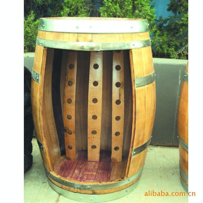 旧橡木桶改造,好多木孔可以插葡萄酒瓶