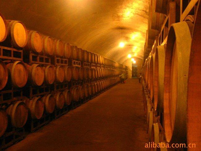 装瓶-葡萄酒在橡木桶待到足够的时间后
