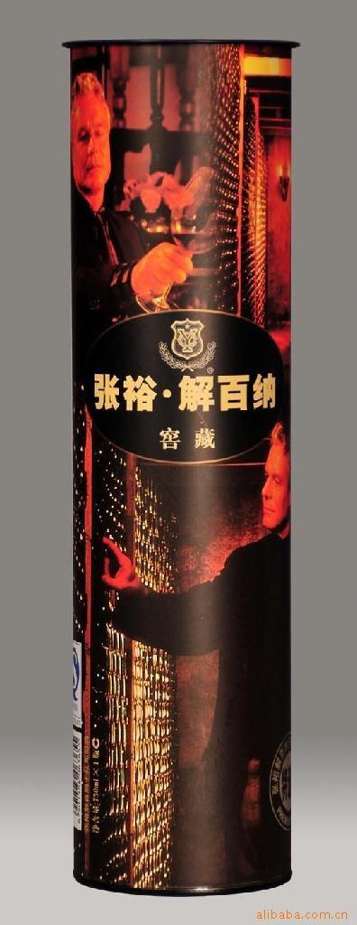 自制酒标设计完成后,再将它贴到游客亲手酿制或