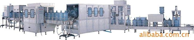 本套灌装机分别可灌装每小时12000桶,900桶,600桶。并具有全自动拨盖,外洗,上瓶,消毒,罐装,封盖,灯检,热膜的功能,省时省电,封闭式管理,做到无细菌生产,适用于大型水厂五加仑饮用水生产。 深圳市安吉尔饮水设备有限公司是国家专业提供净水屋成套设备、家用净水器、饮水机、纯净水的专业企业。安吉尔产品已形成四大系列,70多个品种。公司及配套协作单位技术力量雄厚,拥有工艺、机械设计、电器、自动化仪表、微电脑等方面的中、高级工程师28名,还拥有52名技师带领的经验丰富的安装维修队伍。十年来公司先后在全国各地
