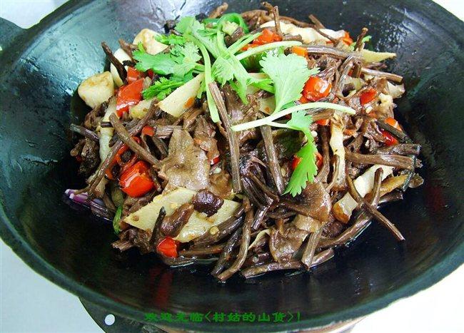 花椒,八角,茴香,桂皮,加没过肉的水,小火炖烧50分钟,加入茶树菇再烧半