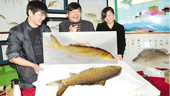 来自淳安县千岛湖鱼文化协会的人员表演鱼拓艺术.