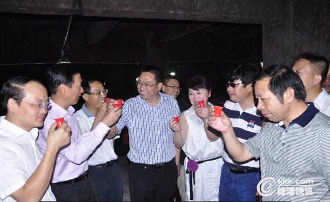 湖南日报报业集团一行品鉴武陵老酒