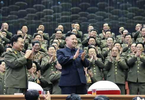 """2013年4月15日,朝鲜平壤,朝鲜最高领导人金正恩在朝鲜""""太阳节""""当天参加了朝鲜军事大学教职员工体育比赛。最后金正恩母校金日成军事大学赢得了排球和篮球比赛。金正恩对比赛表示满意,并对选手们表示问候。"""
