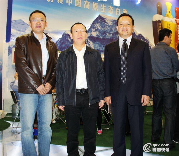 公司领导莅临展会检查指导工作(左:销售公司副总经理姚海青;中:股份