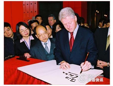 """""""14年前,美国前总统克林顿在参观了剑南春酒厂后如是说."""